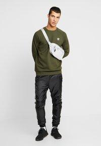 adidas Originals - ESSENTIAL TREFOIL PULLOVER - Sweatshirt - night cargo - 1