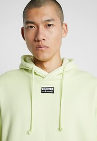 adidas Originals - REVEAL YOUR VOICE HOODY - Mikina skapucí - ice yellow - 5
