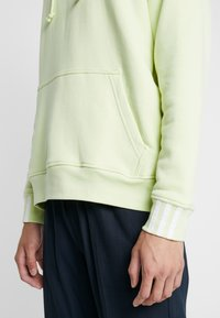 adidas Originals - REVEAL YOUR VOICE HOODY - Mikina skapucí - ice yellow - 3