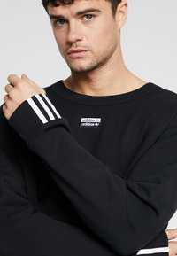 adidas Originals - REVEAL YOUR VOICE CREW - Sudadera - black - 5