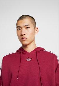 adidas Originals - HOODY - Bluza z kapturem - mystery ruby - 4