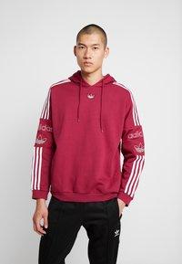 adidas Originals - HOODY - Bluza z kapturem - mystery ruby - 0