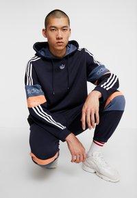 adidas Originals - HOODY - Hoodie - legend ink/easy orange - 3