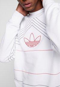 adidas Originals - RIVALRY CREW - Mikina - white/scarlet - 4
