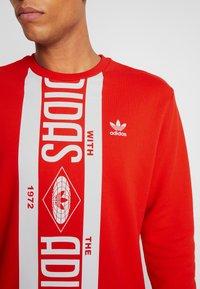 adidas Originals - PRINT SCARFCREW GRAPHIC PULLOVER - Sweatshirt - red - 4