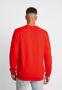 adidas Originals - PRINT SCARFCREW GRAPHIC PULLOVER - Sweatshirt - red - 2