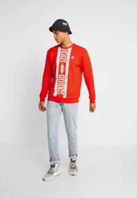 adidas Originals - PRINT SCARFCREW GRAPHIC PULLOVER - Sweatshirt - red - 1