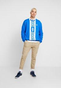 adidas Originals - PRINT SCARFCREW GRAPHIC PULLOVER - Sweatshirts - blue - 1