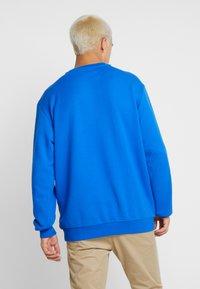 adidas Originals - PRINT SCARFCREW GRAPHIC PULLOVER - Sweatshirts - blue - 2