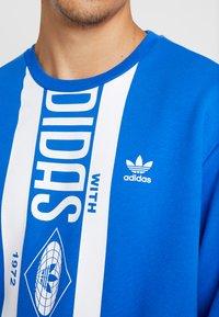 adidas Originals - PRINT SCARFCREW GRAPHIC PULLOVER - Sweatshirts - blue - 5