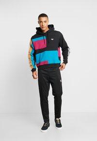 adidas Originals - BLOCK HOODY - Sweat à capuche - berry/active teal - 1