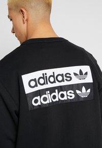 adidas Originals - R.Y.V. CREW LONG SLEEVE PULLOVER - Mikina - black - 4