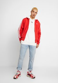 adidas Originals - R.Y.V. MODERN SNEAKERHEAD HODDIE SWEAT - Bluza z kapturem - core white - 1