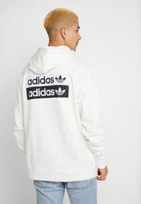 adidas Originals - R.Y.V. MODERN SNEAKERHEAD HODDIE SWEAT - Bluza z kapturem - core white - 2