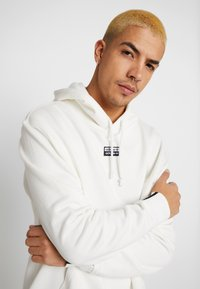 adidas Originals - R.Y.V. MODERN SNEAKERHEAD HODDIE SWEAT - Mikina skapucí - core white - 3