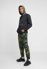 adidas Originals - CAMO TREFOIL GRAPHIC HODDIE SWEAT - Bluza z kapturem - black - 1