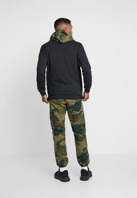adidas Originals - CAMO TREFOIL GRAPHIC HODDIE SWEAT - Bluza z kapturem - black - 2