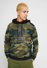 adidas Originals - CAMO TREFOIL GRAPHIC HODDIE SWEAT - Mikina s kapucí - black/multicolor - 0