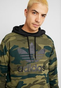 adidas Originals - CAMO TREFOIL GRAPHIC HODDIE SWEAT - Mikina s kapucí - black/multicolor - 5