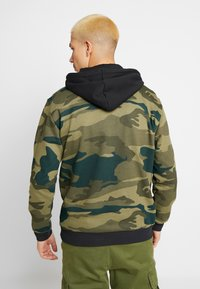 adidas Originals - CAMO TREFOIL GRAPHIC HODDIE SWEAT - Mikina s kapucí - black/multicolor - 2
