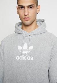 adidas Originals - ADICOLOR PREMIUM TREFOIL HODDIE SWEAT - Bluza z kapturem - mgreyh - 3