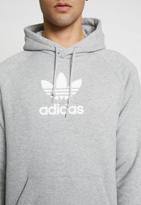 adidas Originals - ADICOLOR PREMIUM TREFOIL HODDIE SWEAT - Bluza z kapturem - mgreyh - 5