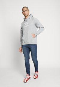 adidas Originals - ADICOLOR PREMIUM TREFOIL HODDIE SWEAT - Bluza z kapturem - mgreyh - 1