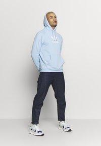 adidas Originals - ADICOLOR PREMIUM TREFOIL HODDIE SWEAT - Bluza z kapturem - clesky - 1