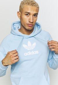 adidas Originals - ADICOLOR PREMIUM TREFOIL HODDIE SWEAT - Bluza z kapturem - clesky - 3