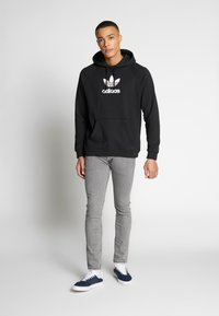 adidas Originals - ADICOLOR PREMIUM TREFOIL HODDIE SWEAT - Bluza z kapturem - black - 1