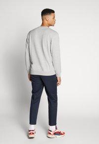 adidas Originals - ADICOLOR PREMIUM LONG SLEEVE PULLOVER - Collegepaita - medium grey heather - 2