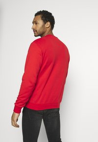 adidas Originals - ADICOLOR PREMIUM LONG SLEEVE PULLOVER - Collegepaita - lusred - 2