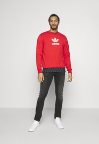 adidas Originals - ADICOLOR PREMIUM LONG SLEEVE PULLOVER - Collegepaita - lusred - 1