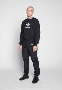 adidas Originals - ADICOLOR PREMIUM LONG SLEEVE PULLOVER - Collegepaita - black - 1
