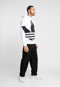 adidas Originals - ADICOLOR TREFOIL ORIGINALS HODDIE SWEAT - Bluza z kapturem - white