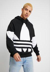 adidas Originals - ADICOLOR TREFOIL ORIGINALS HODDIE SWEAT - Mikina skapucí - black - 0