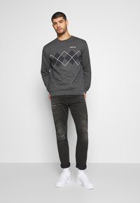 adidas Originals - ARGYLE CREWNECK LONG SLEEVE PULLOVER - Collegepaita - mottled dark grey - 1