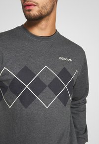 adidas Originals - ARGYLE CREWNECK LONG SLEEVE PULLOVER - Collegepaita - mottled dark grey - 5