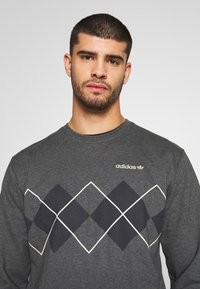 adidas Originals - ARGYLE CREWNECK LONG SLEEVE PULLOVER - Collegepaita - mottled dark grey - 3