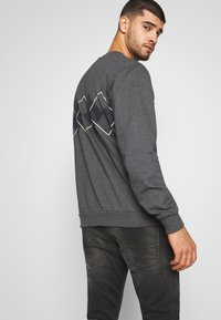 adidas Originals - ARGYLE CREWNECK LONG SLEEVE PULLOVER - Collegepaita - mottled dark grey - 2