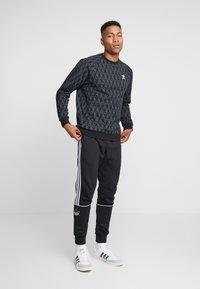 adidas Originals - MONO CREW - Sweatshirt - black - 1