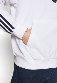 adidas Originals - SPORT COLLECTION HODDIE SWEAT - Bluza z kapturem - white - 5