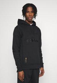 adidas Originals - WARMUP HOODY - Bluza z kapturem - black/goldmt - 0
