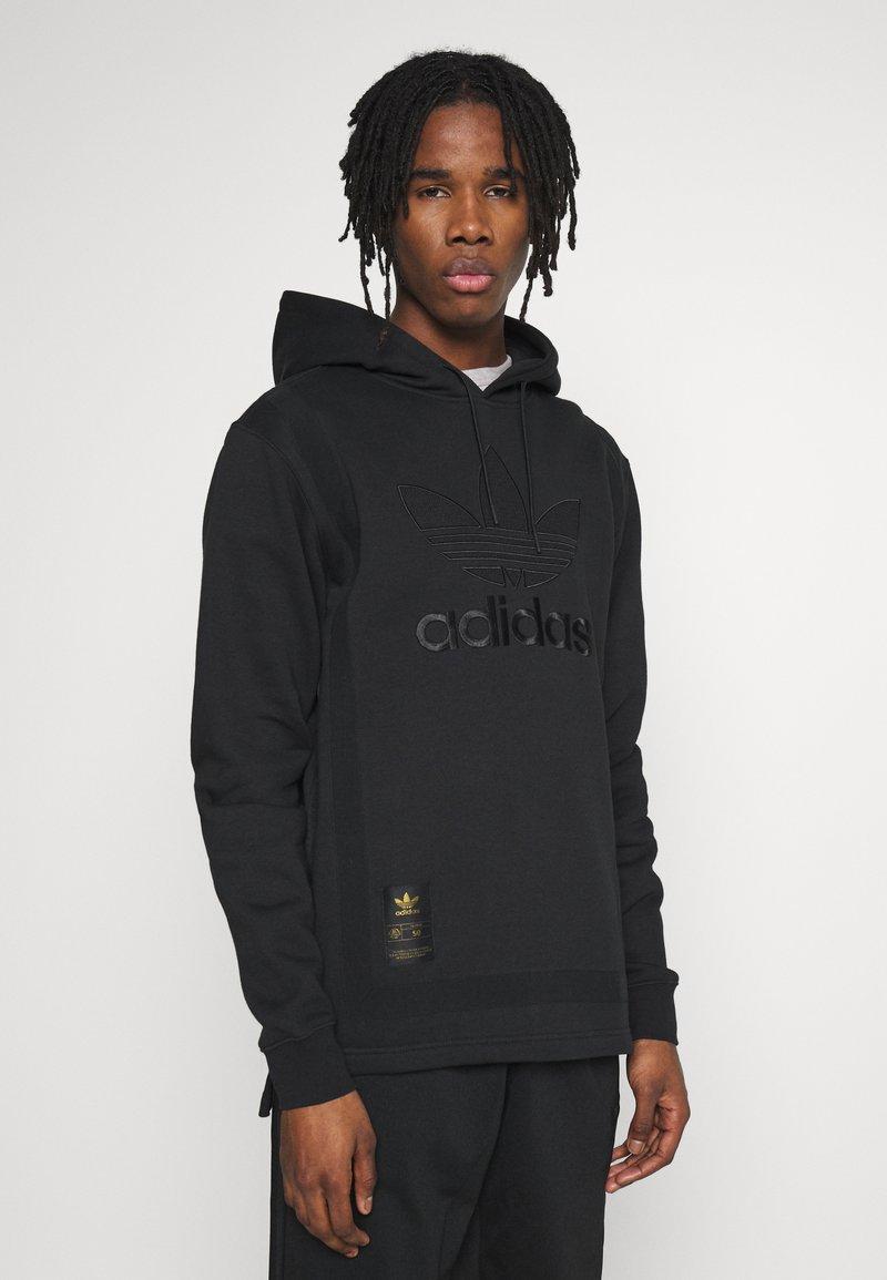 adidas Originals - WARMUP HOODY - Bluza z kapturem - black/goldmt