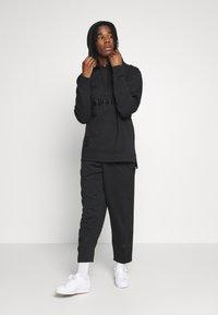 adidas Originals - WARMUP HOODY - Bluza z kapturem - black/goldmt - 1