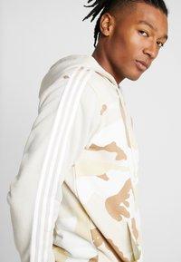 adidas Originals - CAMO HOODY - Hoodie met rits - clear brown - 5