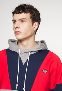 adidas Originals - HOODY - Bluza z kapturem - red/mottled grey/dark blue