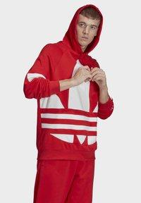 adidas Originals - BIG TREFOIL HOODIE - Felpa con cappuccio - red - 2