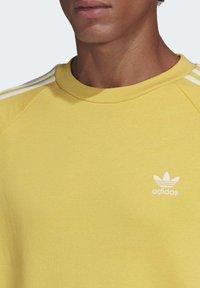 adidas Originals - 3-STRIPES CREWNECK SWEATSHIRT - Collegepaita - yellow - 4