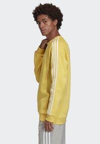 adidas Originals - 3-STRIPES CREWNECK SWEATSHIRT - Collegepaita - yellow - 2